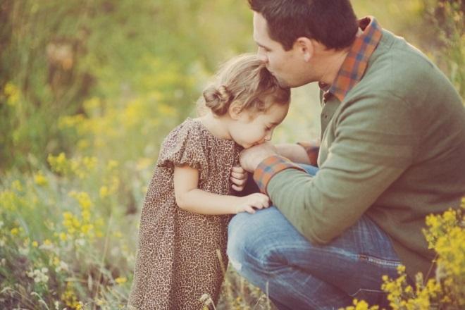 người đàn ông hôn bé gái
