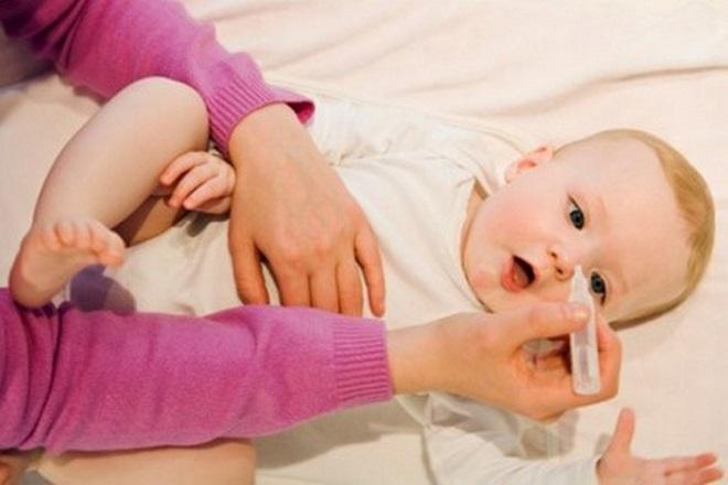 Nhỏ nước muối sinh lý hằng ngày cho bé