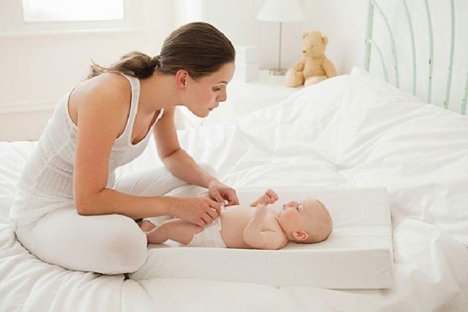 Mẹ nên thay tã và lau sạch vùng tiếp xúc tã thường xuyên
