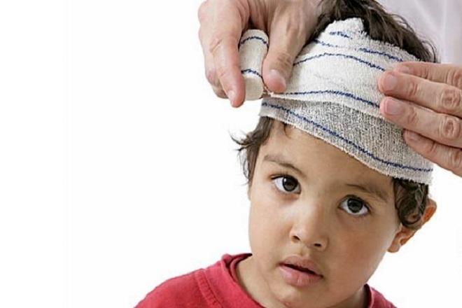 trẻ bị ngã đập đầu