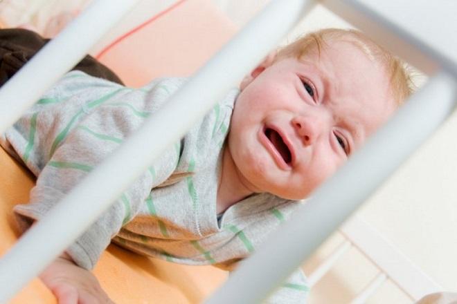 trẻ khóc vì bị ngã