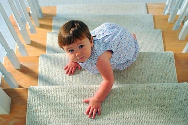 trẻ nghịc ngợm leo cầu thang