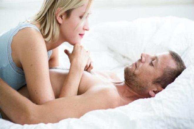 tư thế quan hệ nữ nằm trên an toàn cho chị em sau sinh