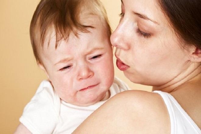 viêm phổi khiến bé quấy khóc