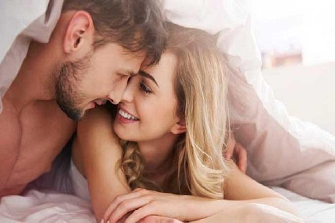 vợ chồng hạnh phúc khi gần gũi