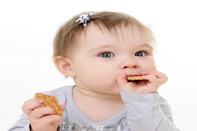bé ăn bánh ăn dặm
