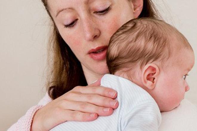 bế bé vuốt nhẹ lưng sau khi bé bú no