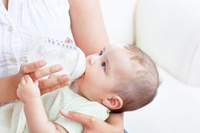 bé bú sữa công thức