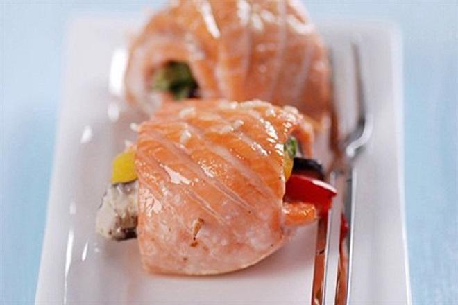 cá hồi cuộn rau củ nướng