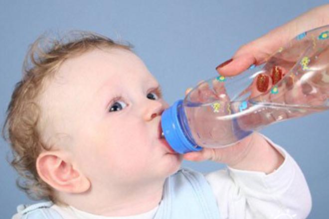 cho bé uống nước là cách xử lý trẻ sơ sinh bị sốt