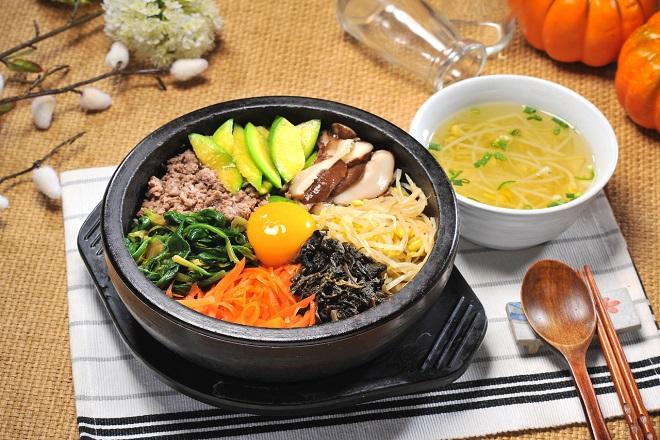 Món cơm trộn nấm và rau củ