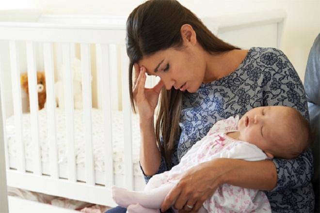 mẹ lo lắng vì bị tắc sữa sau sinh