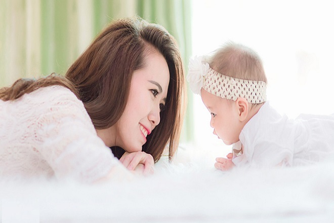 mẹ và bé vui vẻ hạnh phúc