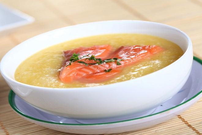 món súp cá hồi ăn dặm cho bé nấu với bí đỏ