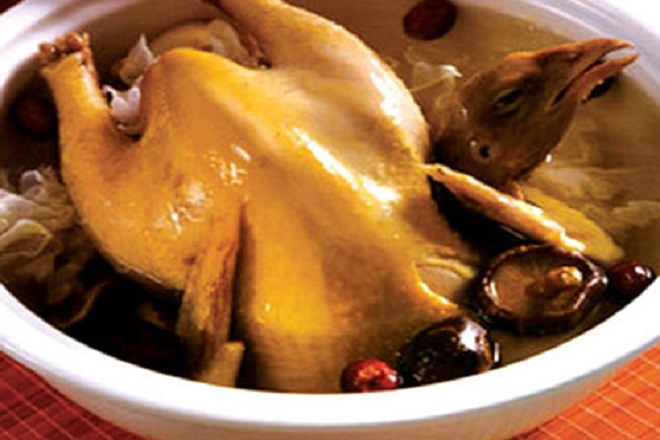 sau sinh nên ăn thịt gà hầm với tam thất