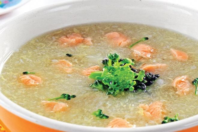 súp cá hồi ăn dặm cho bé nấu với khoai tây