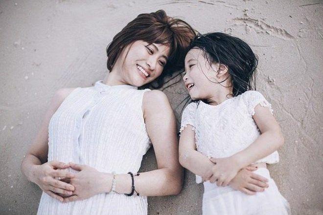 mẹ đơn thân sống vui vẻ bên cạnh con gái