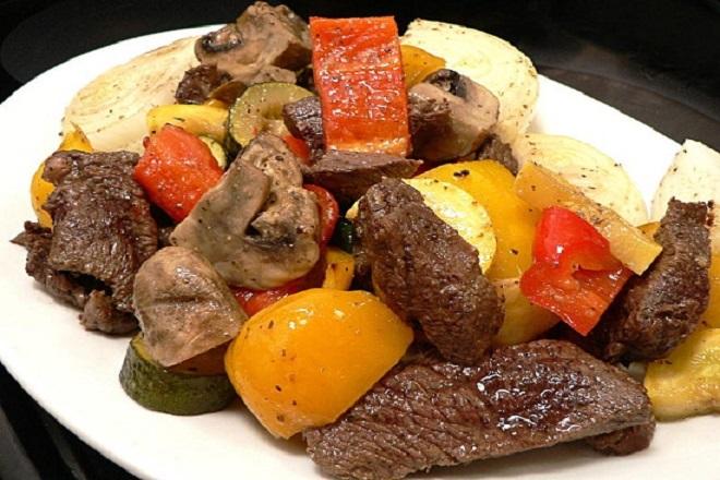 Món thịt bò nướng trộn rau quả