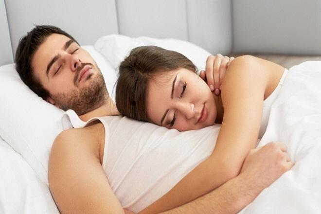 vợ chồng ôm nhau ngủ