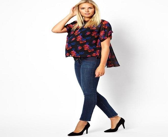 áo sơ mi họa tiết oversize và skinny jeans cho bà bầu