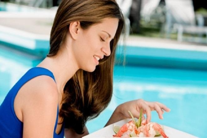 bà bầu cần tránh ăn hải sản sống khi du lịch biển