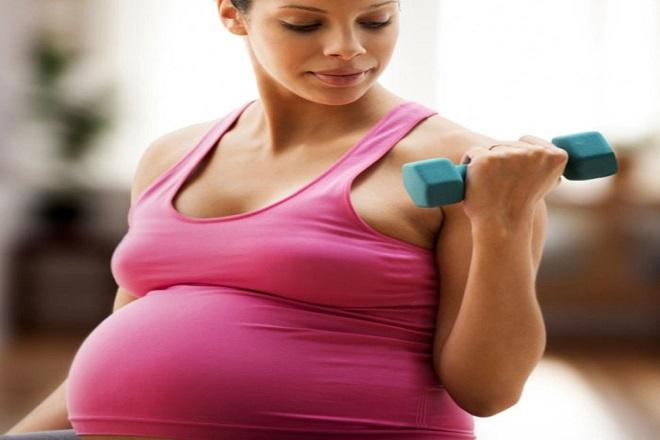bà bầu tập luyện với tạ trong tháng thứ 7 thai kỳ
