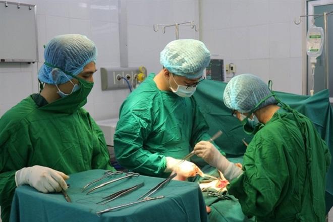 bác sỹ phẫu thuật cho bệnh nhân bị tắc vòi trứng 2 bên