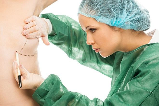 bác sỹ thực hiện phẫu thuật nâng ngực