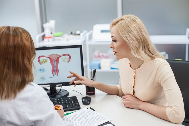 bác sỹ tư vấn mổ nội soi tử cung cho bệnh nhân