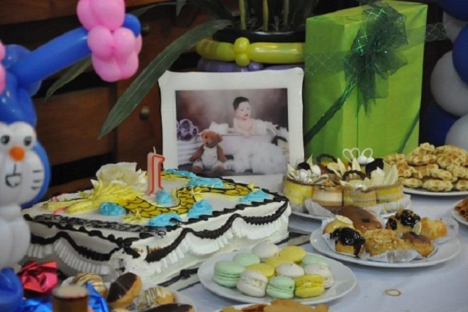 Bày biện thức ăn tiệc sinh nhật cho bé