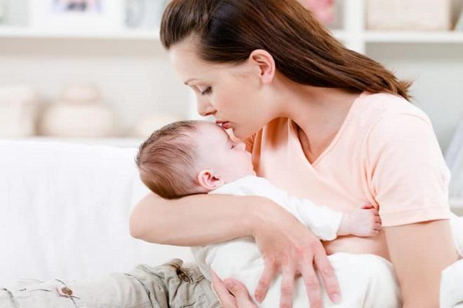 bế con quá lâu khiến mẹ dễ bị tê tay sau sinh