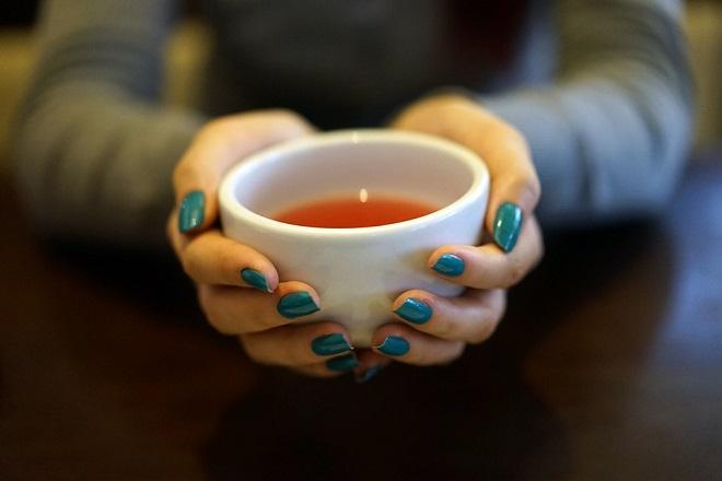 cầm tách trà