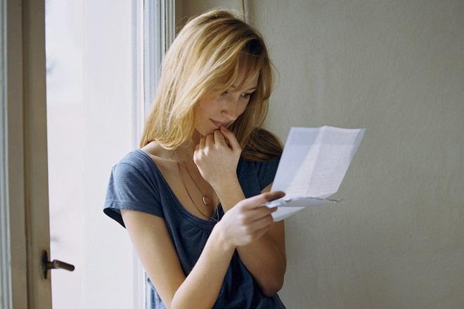 cô gái đọc lá thư