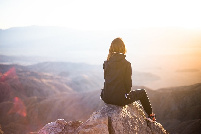 cô gái ngồi một mình