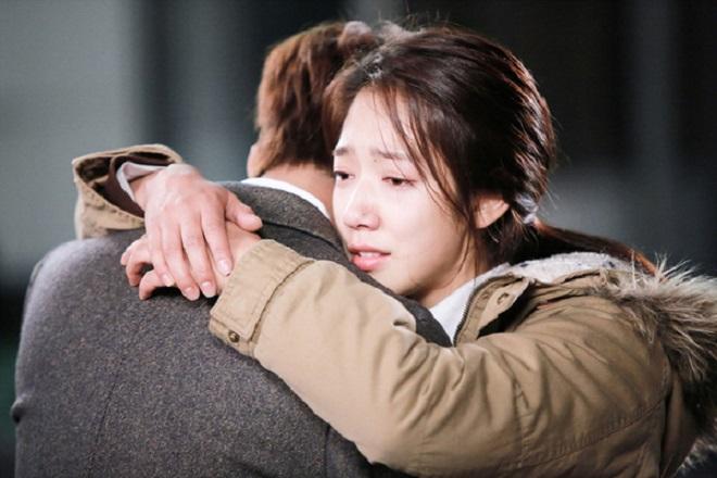 cô gái ôm chàng trai bật khóc