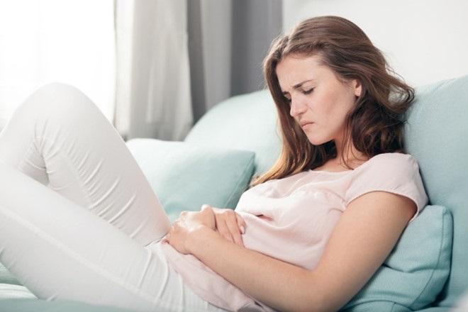 cơn đau bụng bất thường là dấu hiệu của dính tử cung sau phá thai