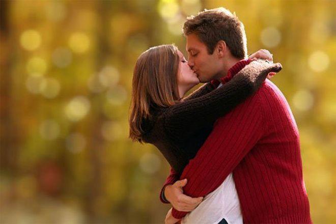 đàn ông ôm lấy phụ nữ khi hôn
