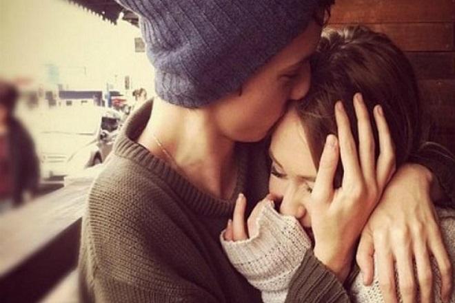 đàn ông vuốt ve tóc phụ nữ khi hôn
