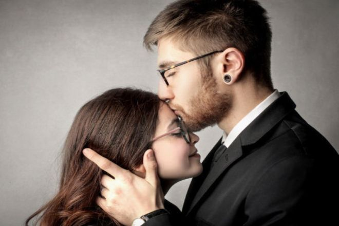 Đàn ông hôn vợ