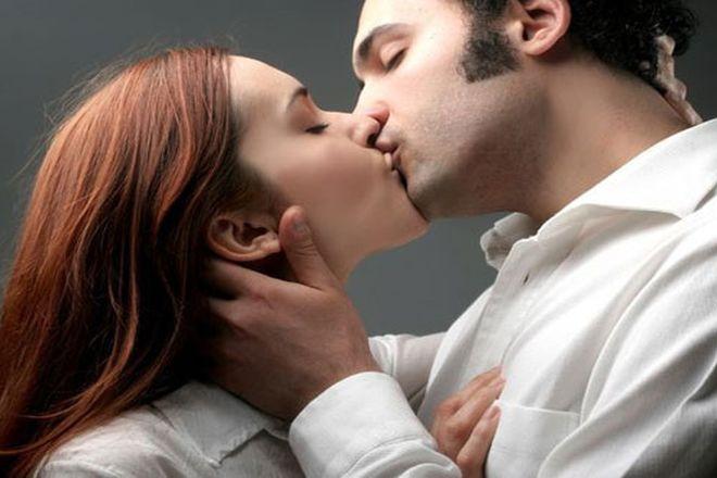 đàn ông đặt tay lên cổ phụ nữ khi hôn