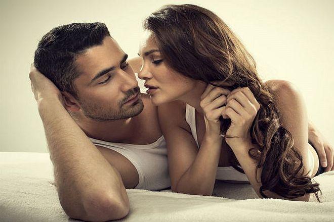 đàn ông chạm tay vào ngực khi hôn phụ nữ