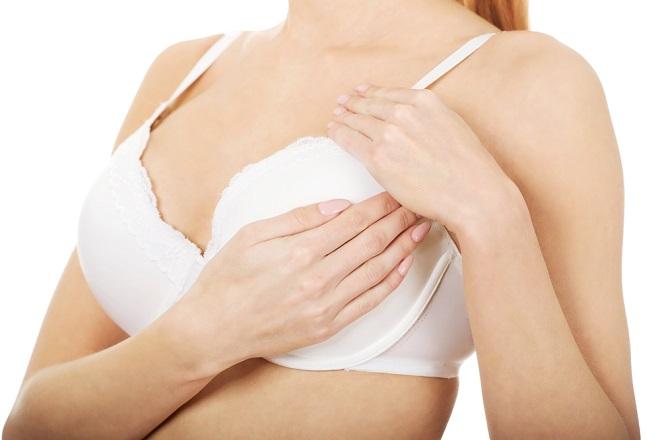 đưa túi độn vào bên trong qua đường mổ nách thường khiến bầu ngực dễ bị lệch sau phẫu thuật