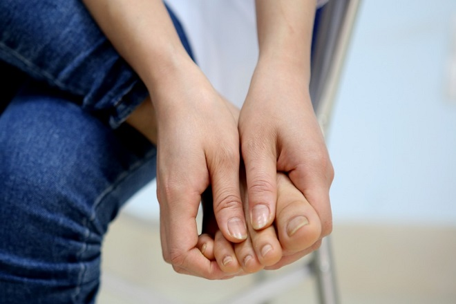 giữ một tư thế quá lâu có thể khiến mẹ bị tê ngón chân sau sinh