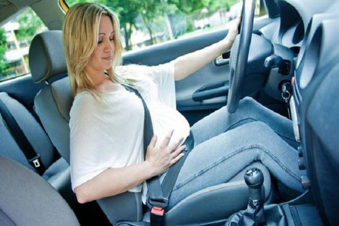 mẹ bầu nên thắt dây an toàn khi đi du lịch