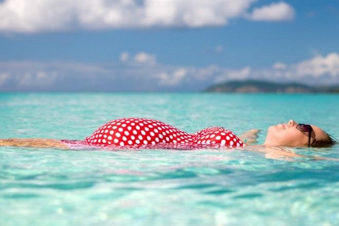 mẹ bầu tắm biển cần tránh uống nước biển