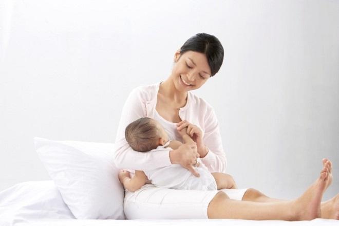 nên cho bé bú mẹ từ 1 đến 2 năm