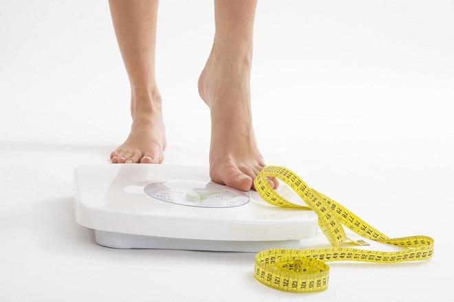 nên kiểm soát cân nặng sau sinh để tránh tình trạng tê mỏi tay chân trở nên nghiêm trọng hơn
