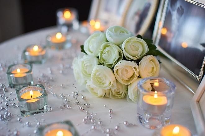 nến và hoa hồng