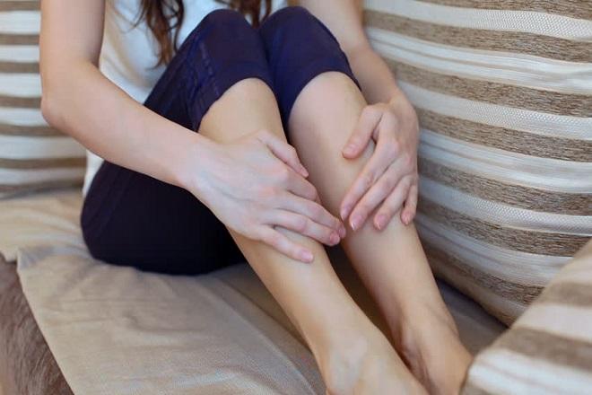 ngồi một chỗ quá lâu cũng khiến mẹ dễ bị tê chân sau sinh