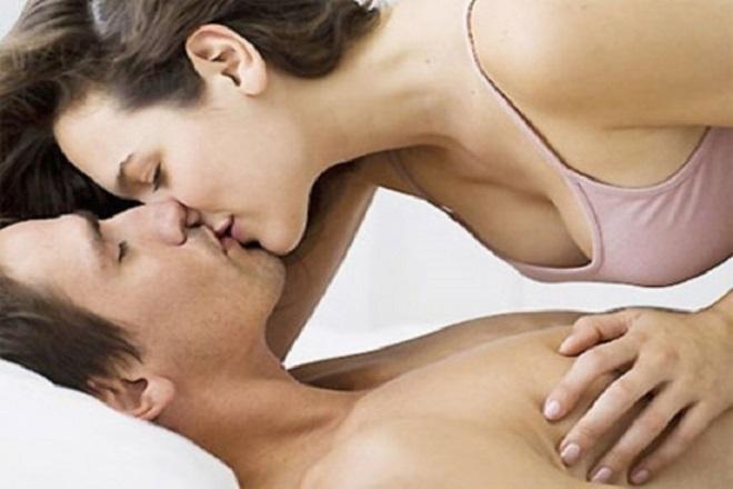 quan hệ khi mang thai có ảnh hưởng đến thai nhi không và tư thế bà bầu nằm trên